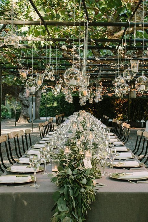 Пример удачного оформления свадебных столов зеленью, цветами и сухоцветами. фото