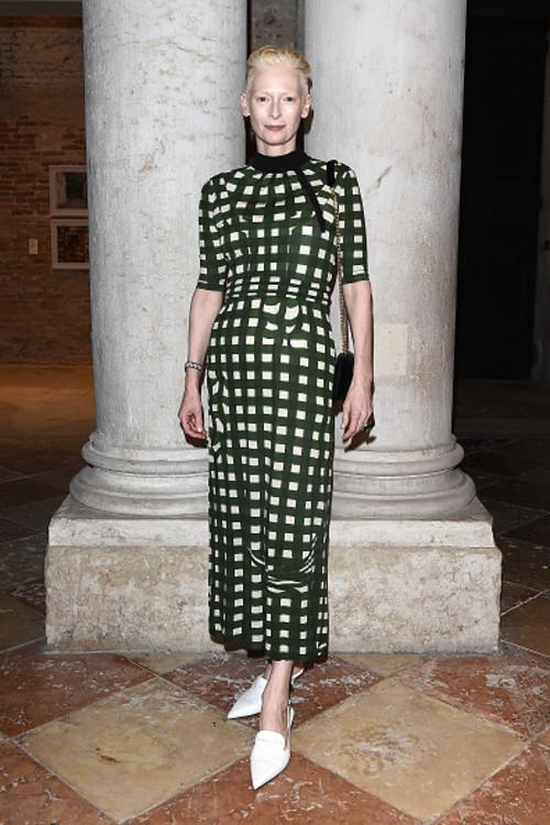 Тільда Свінтон на вечері Miu Miu Women's Tales на Венеціанському кінофестивалі