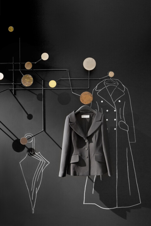 Дизайнеры нарисовали мелом на стенах платья, столы и зонтики. Они перекликаются с коллекционными объектами – это аллюзия на карандашные эскизы самого Диора