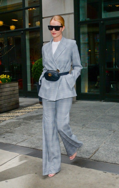 В костюме Georgia Alice, босоножках Manolo Blahnik, очках Victoria Beckham и с сумкой Gucci