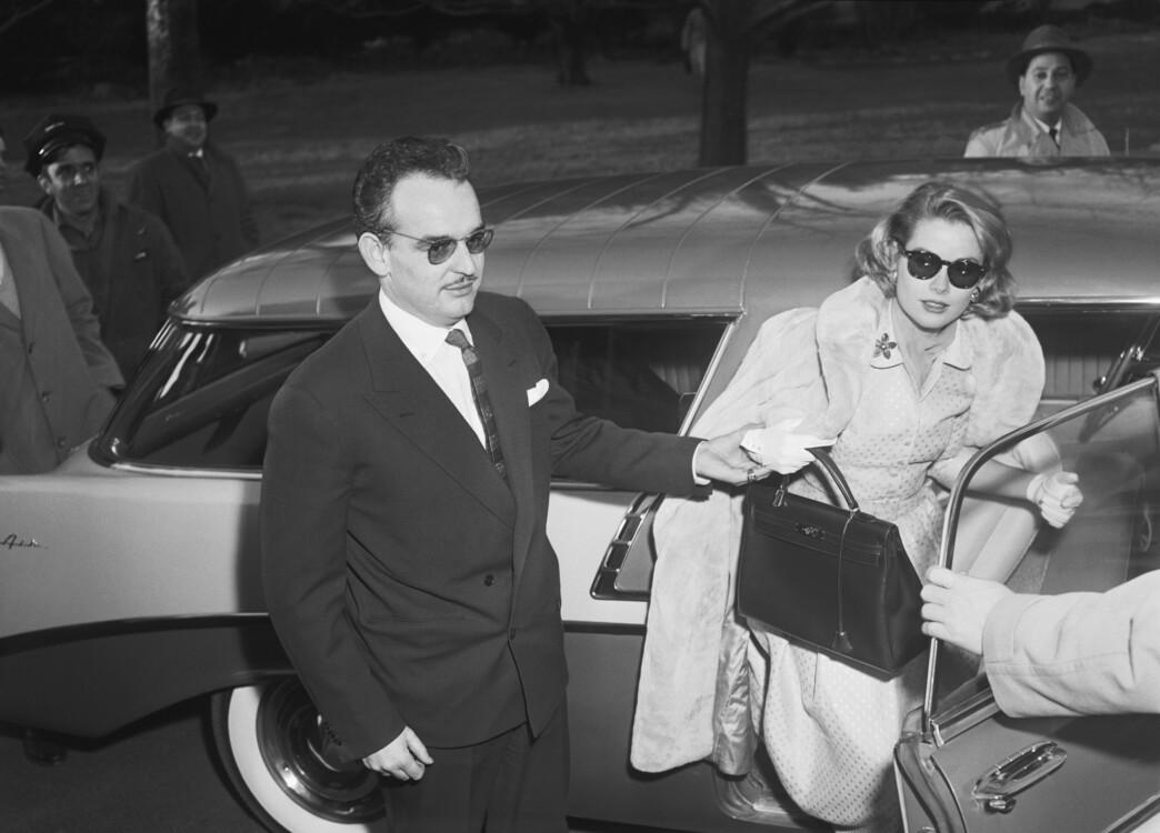 Принц Монако Ренье III и Грейс Келли с сумкой Hermes, которая была названа в ее честь, 1956