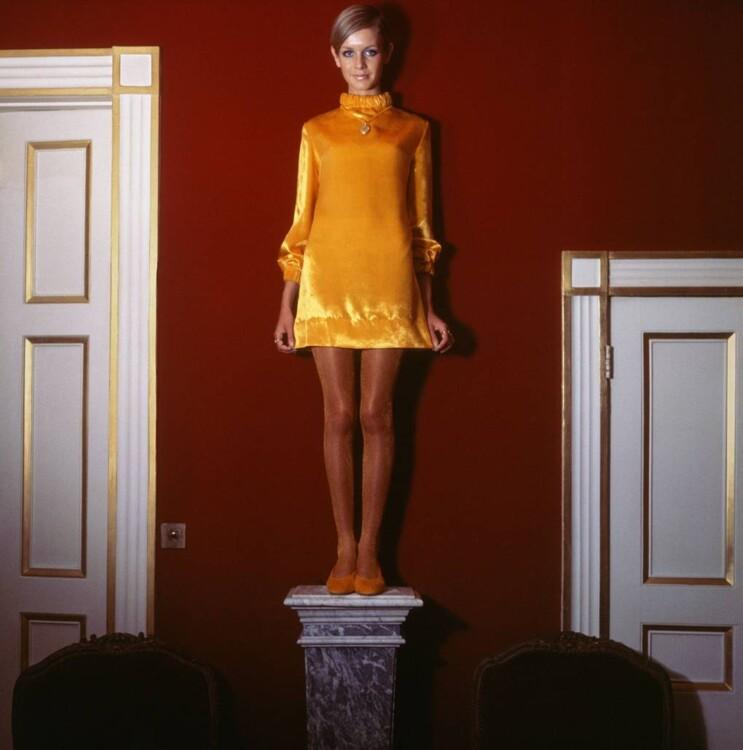 Твигги в наряде у Mary Quant в доме Сесила Битона, октябрь 1967