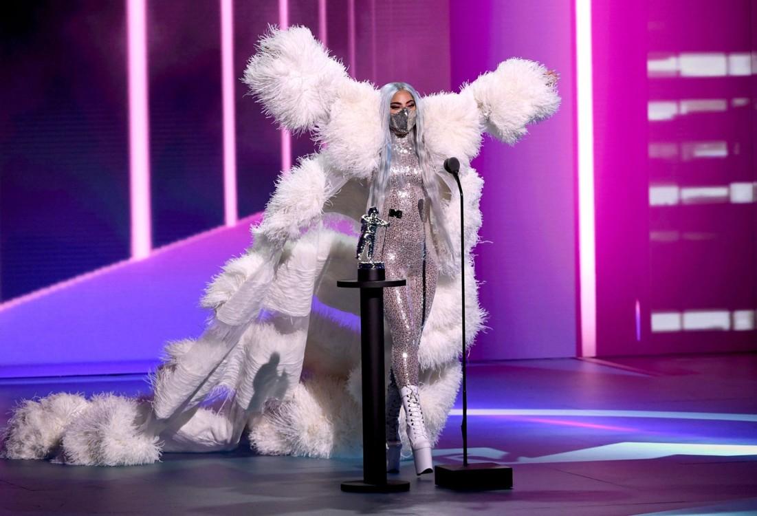 Леди Гага в комбинезоне и накидке Valentino Haute Couture