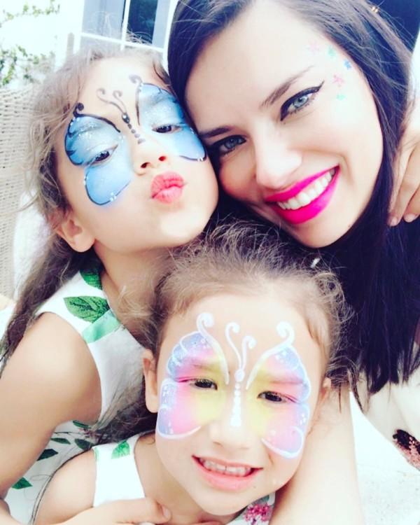 Адриана Лима с дочерьми