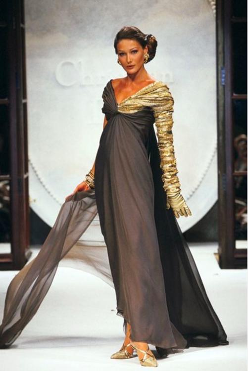Карла Бруни на показе Dior, 1992