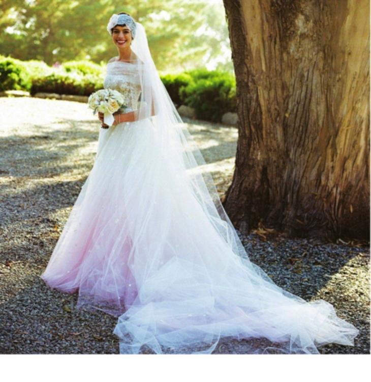 Энн Хэтэуэй в платье Valentino с нежно-розовым градиентом по подолу