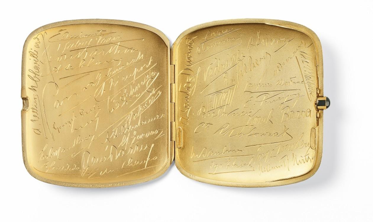 Портсигар Cartier, Париж, 1912 г. Серебро, золото, один сапфировый кабошон (кнопка) Продано Уиллису Маккормику, президенту Queen Aviation.