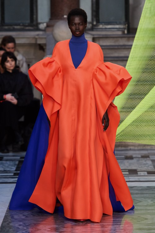 Экстраобъемные платья в коллекциях осень-зима 2020/2021 фото