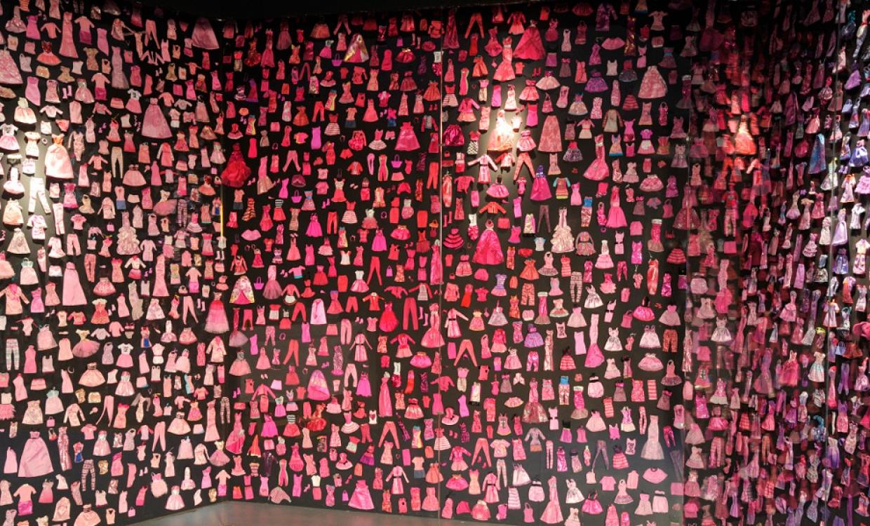 Стенд – гардероб барби, организованный по цвету