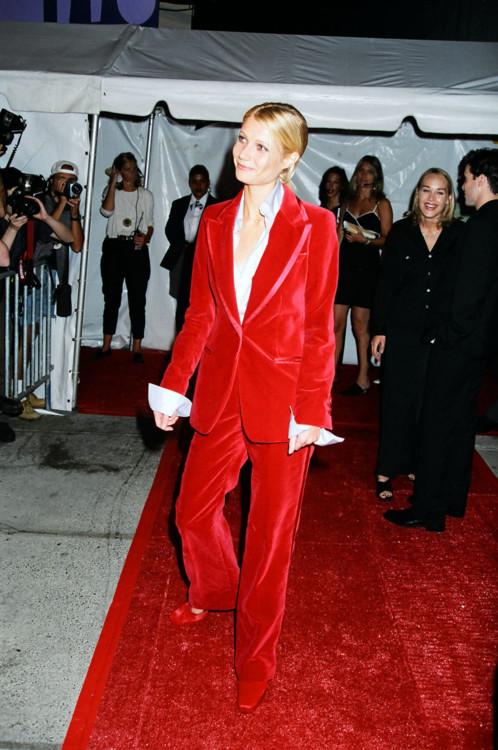 В 1996 году Гвинет Пэлтроу появилась в красном костюме Gucci и голубой рубашке на шоу в Нью-Йорке.