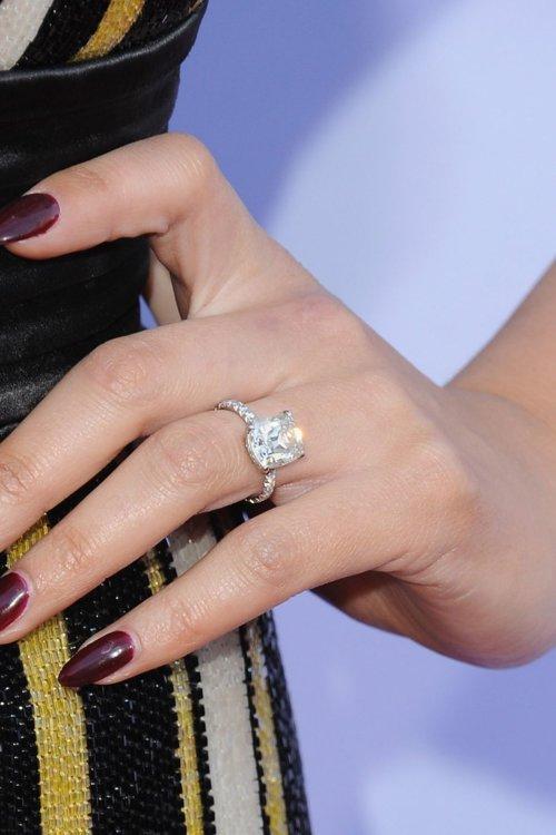 На безымянном пальце Крисси Тейген красуется бриллиант-солитер, закрепленный на тонком бриллиантовом ободе
