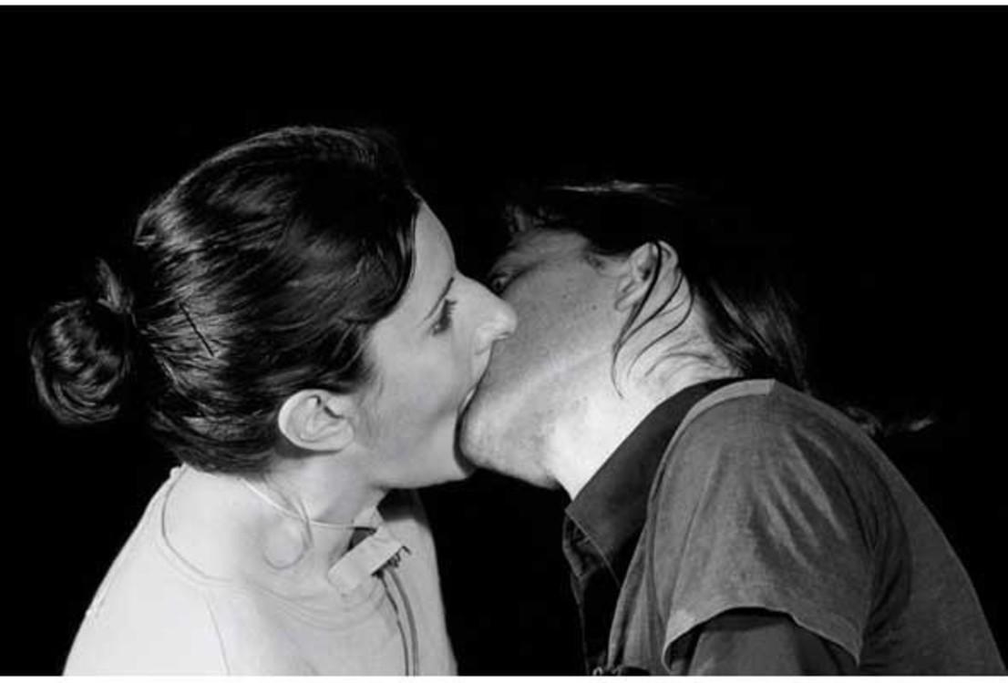 """""""Смерть себя"""", 1978. Для этого проекта Марина и Улай соединили свои рты специальным устройством и вдыхали выдохи друг друга. Через семнадцать минут после начала перформанса оба упали без сознания"""