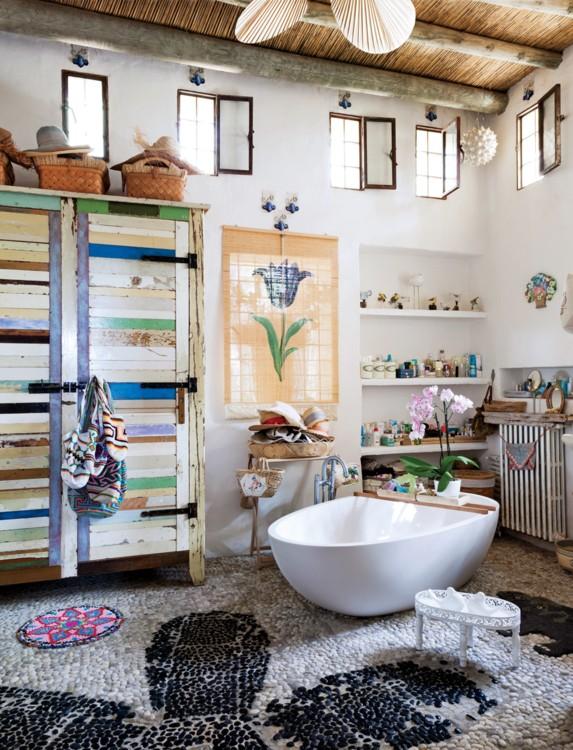 Не смотря на все краски этой комнаты на Ибице, внимание сфокусировано именно на овальной ванне.  Фото: Оберто Гили, Vogue, 2012