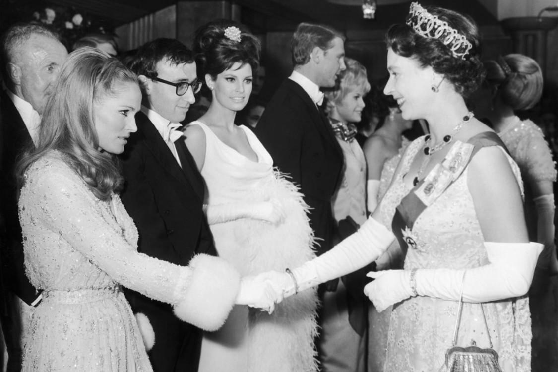 """С королевой Елизаветой II на премьере фильма """"Рожденная свободной"""" в Лондоне, март 1966"""
