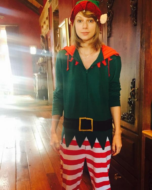 Тейлор Свифт в образе рождественского эльфа