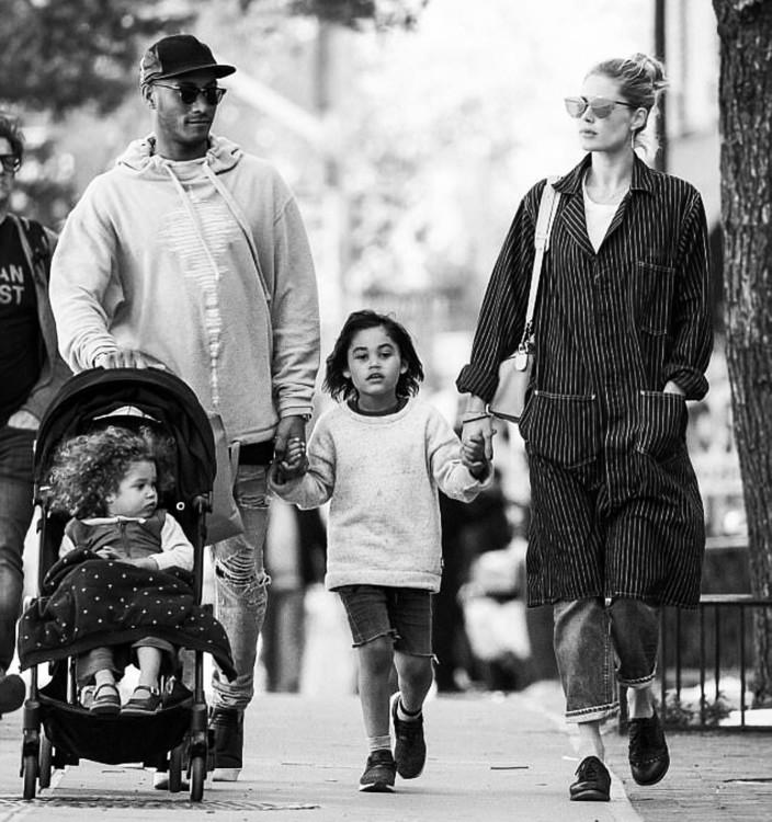 Даутцен Крез с мужем Саннери Джеймсом, сыном Филлоном и дочерью Милленой (фото: Instagram @doutzen)