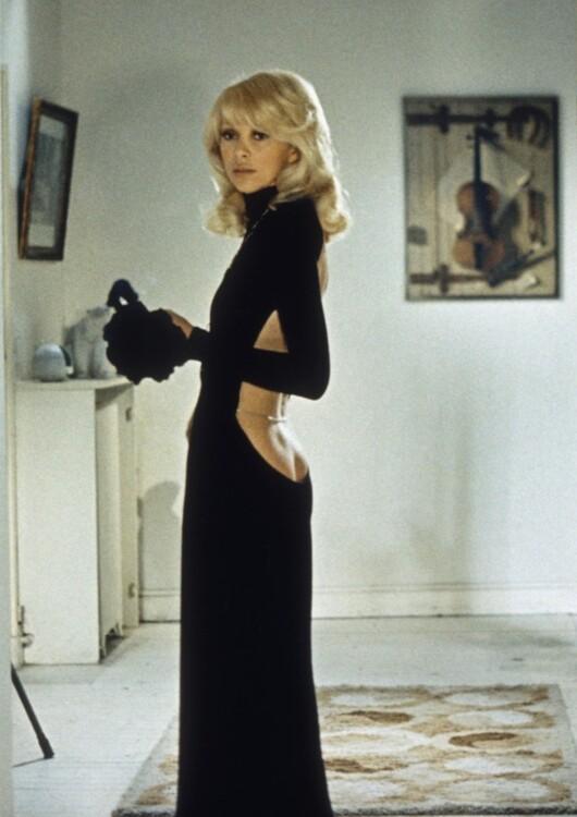Мірей Дарк у сукні Guy Laroche у фільмі «Високий блондин у чорному черевику», 1972