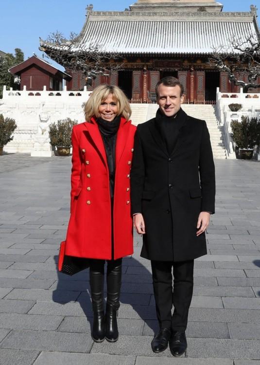 В пальто Balmain и сапогах Christian Louboutin