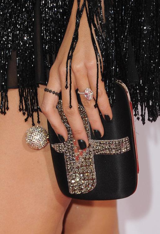 У Блейк Лайвли на безымянном пальце Lorraine Schwartz с большим нежно-розовым бриллиантом в центре