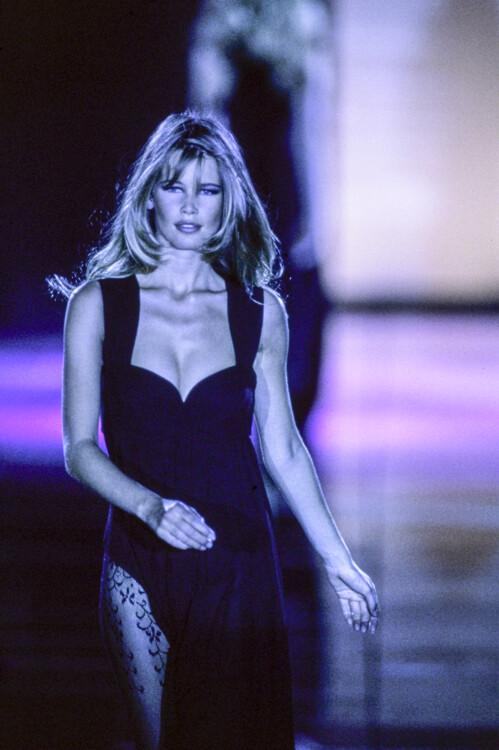 Клаудиа Шиффер во время показа Gianni Versace осень-зима 1991/1992