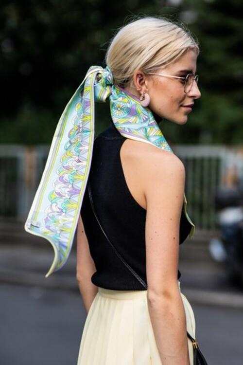 Шовкову хустинку або шарф зірки вуличного стилю цієї весни носять на волоссі
