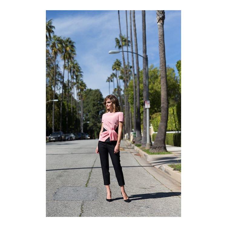 Эмма Уотсон в костюме Oscar de la Renta в Лос-Анджелесе