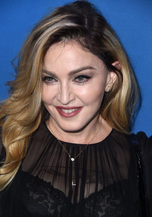 2016. Мадонна демонстрирует модное окрашивание в технике шатуш - и собирает деньги в помощь пострадавшим на Гавайях