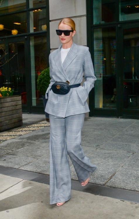Рози Хантингтон-Уайтли в костюме Georgia Alice, босоножках Manolo Blahnik, очках Victoria Beckham и с сумкой Gucci