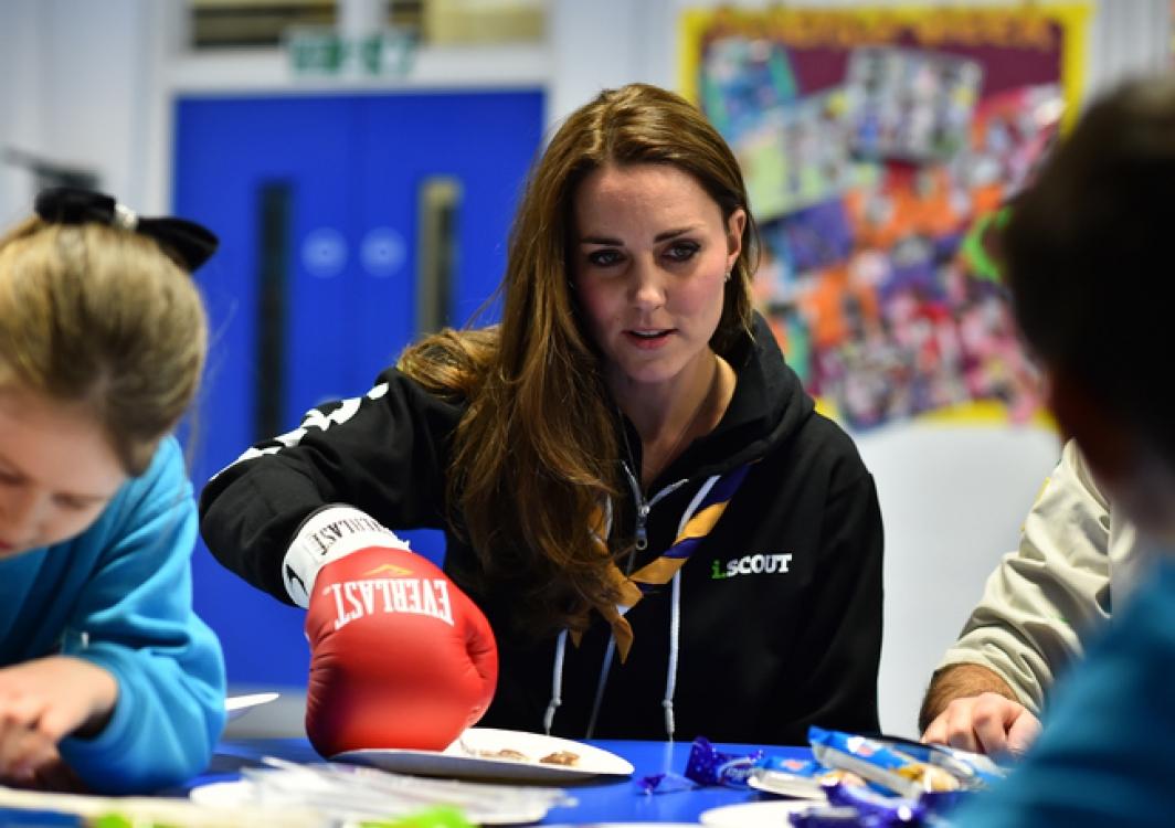 Кейт Миддлтон вместе со скаутами в игровой форме учится понимать людей с ограниченными возможностями