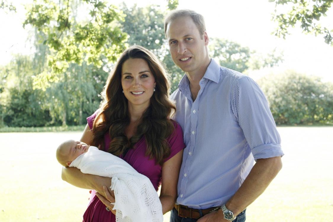 Первое официальное фото герцогов Кембриджских через месяц после рождения принца Георга