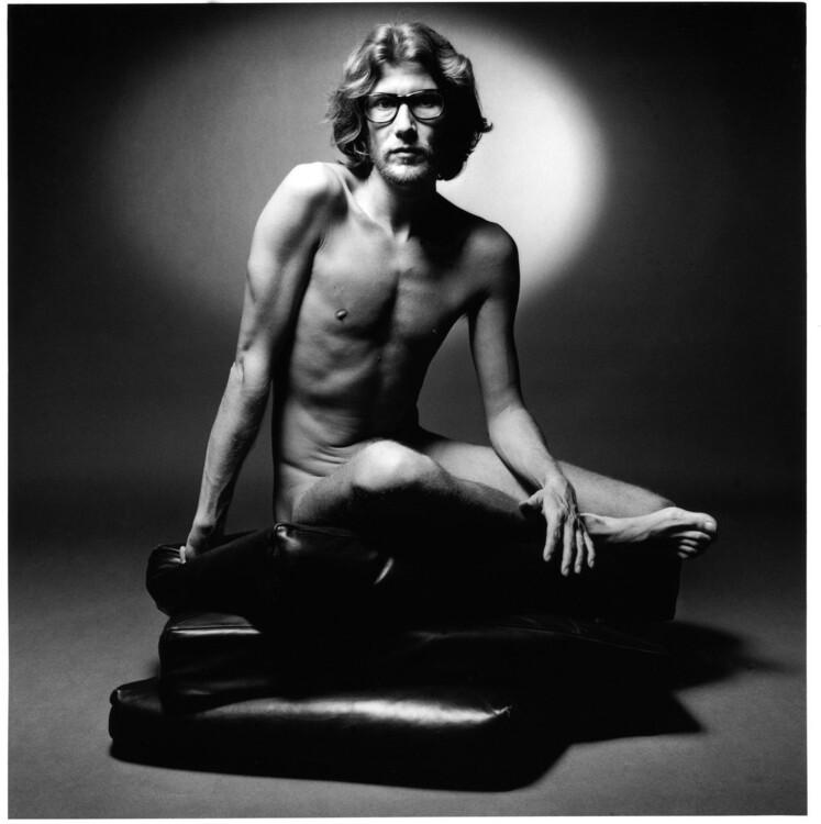 Голый Ив Сен-Лоран позирует Жанлу Сьефф в съемке для Pour Homme Yves Saint Laurent, 1971