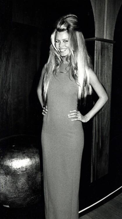 Клаудиа Шиффер в Versace на гала-концерте AmFAR в Нью-Йорке в феврале 1992 года