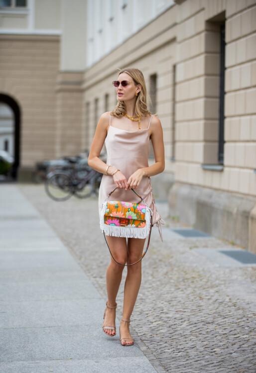 С чем носить платье-комбинацию фото стрит стайл лето 2020 фото