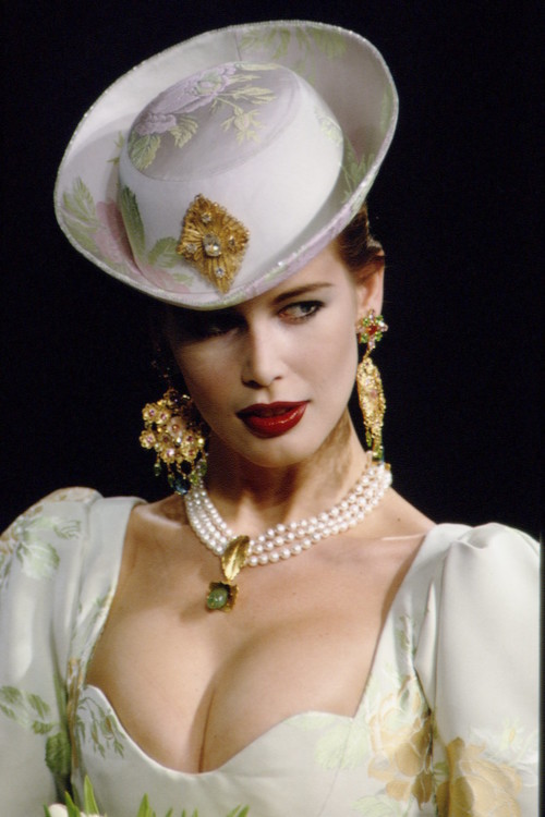 Клаудия Шиффер во время показа Yves Saint Laurent Haute Couture весна-лето 1997