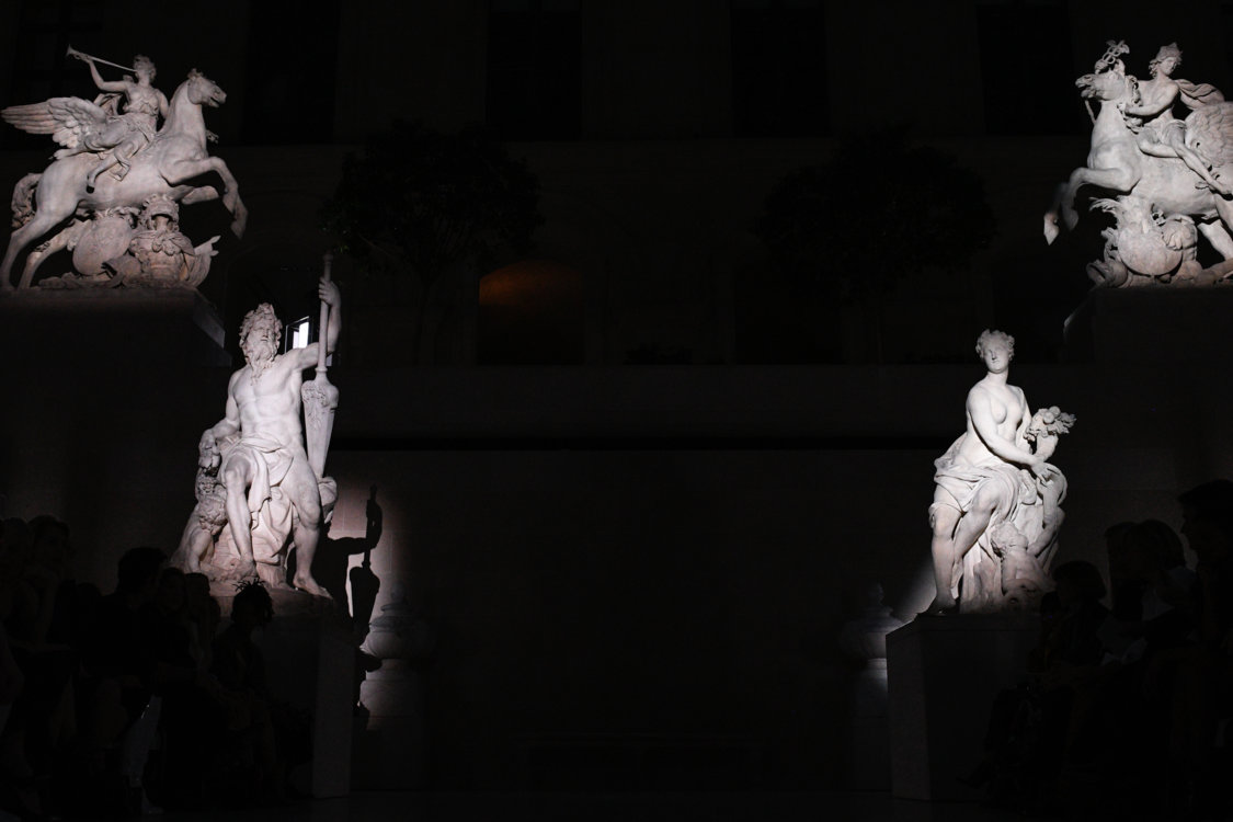 Интерьер на показе Louis Vuitton в Лувре