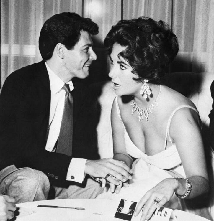 Элизабет Тейлор и Эдди Фишер. Поскольку Тейлор все еще любила носить кольцо, подаренное ей покойным мужем Майком Тоддом, Фишер презентовал своей будущей невесте браслет, состоящий из 50 бриллиантов.