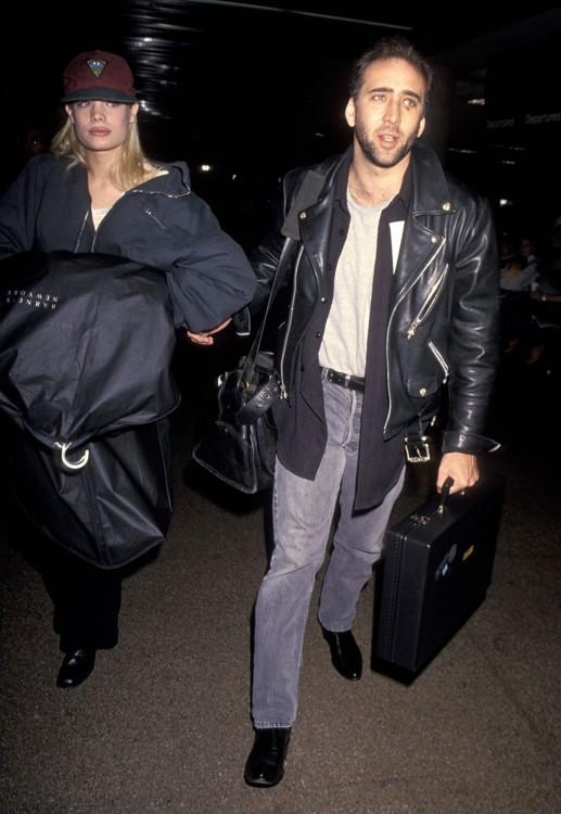 Николас Кейдж и его девушка Кристен Дзан в аэропорту Нью-Йорка 2 января 1994 года