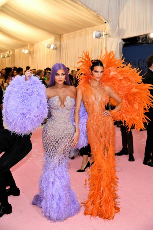 Кайли Дженнер и Кендалл Дженнер, обе в Versace