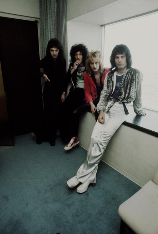 Фредди Меркьюри и члены группы в Токио в 1976 году