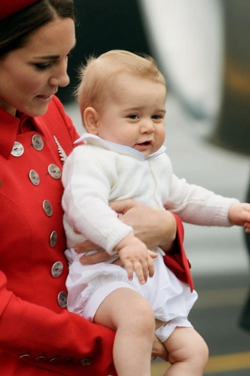 Принц Георг на руках у своей мамы, когда они приземлилась в военном терминале Веллингтона. Первый день из поездки герцогов Кембриджских во время новозеландско-австралийского турне в апреле 2014 года