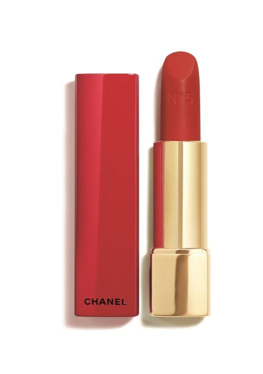 Помада Rouge Allure Velvet Chanel запозичує назву у легендарного аромату N°5 і обзаводиться червоним футляром, – вперше. Зрозуміло, це обмежений випуск.