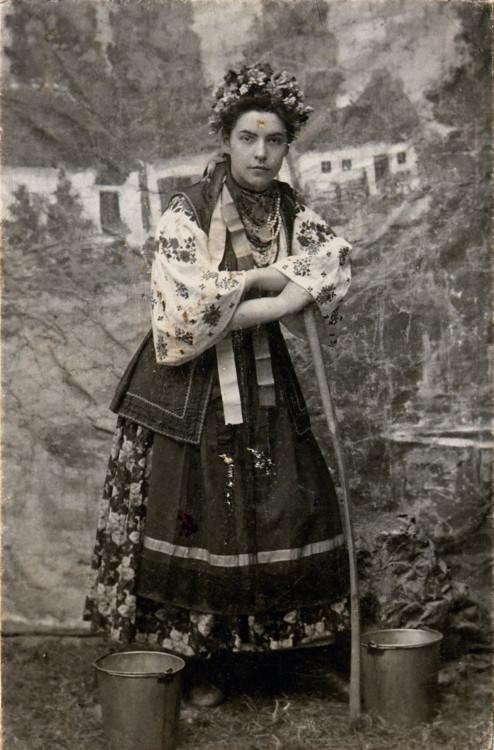 Народний типаж з м. Городня в місцевому вбранні. 1912 р.