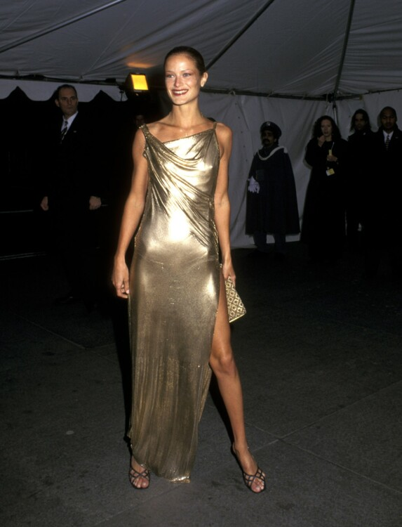 Кэролайн Мерфи в платье Versace на Met Gala в 1997 году