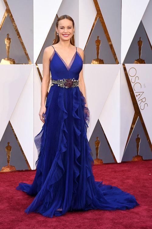 2016 год: Бри Ларсон в платье Gucci