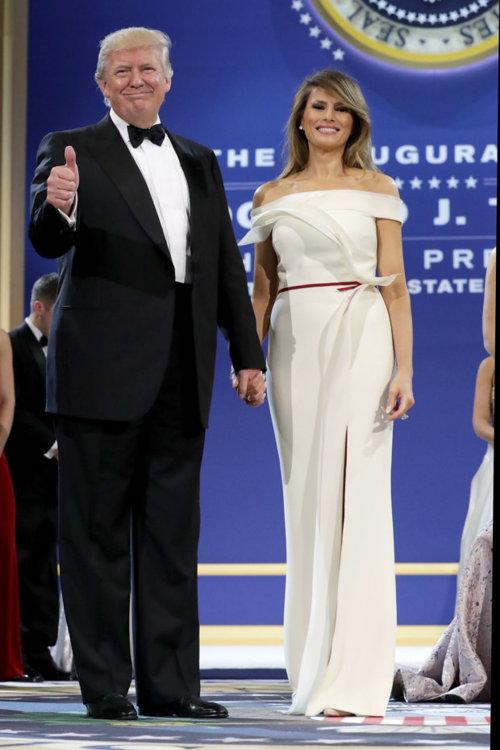 Мелания Трамп в платье Hervé Pierre на инаугурационном балу