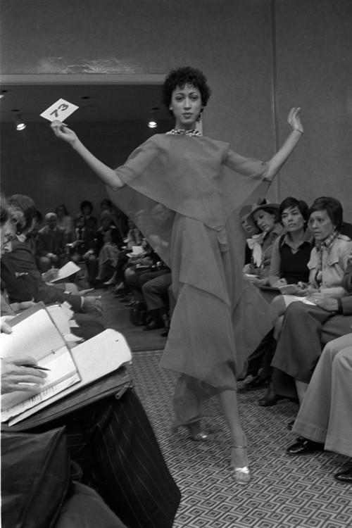 Пэт Кливленд на показе Oscar de la Renta, 1974
