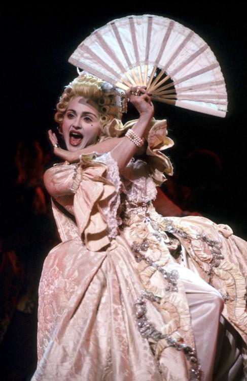 1990. Легендарное исполнение Vogue на церемонии MTV Awards - Мадонна примеряет образ Марии Антуанетты