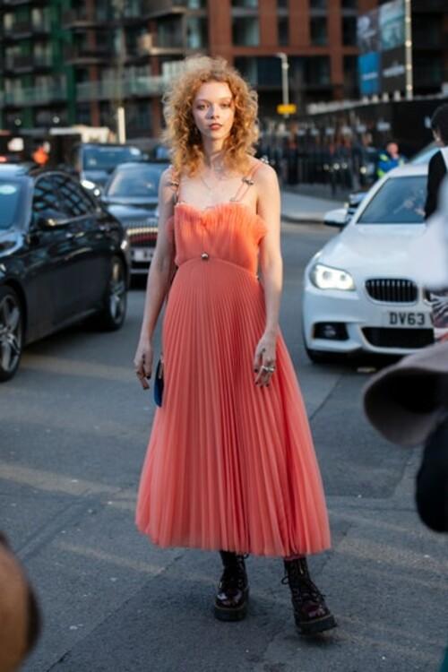 Грубые ботинки с элегантным платьем. Photo: Kirstin Sinclair