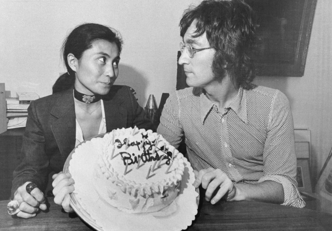 Йоко Оно і Джон Леннон позують з тортом у 31-й день народження Леннона, 1971 рік