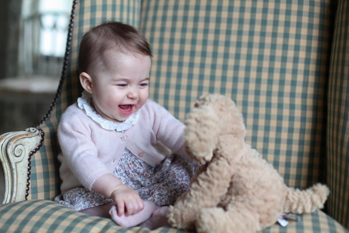 Портрет полугодовалой принцессы Шарлотты, сделанный ее мамой Кейт Миддлтон, ноябрь 2015 года
